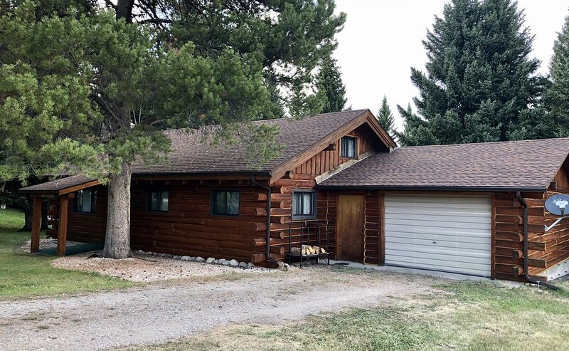 CABIN ON THE RIVER - 2 BR  W/LOFT 20 miles from NE entrance of Yellowstone, location de vacances à Cooke City