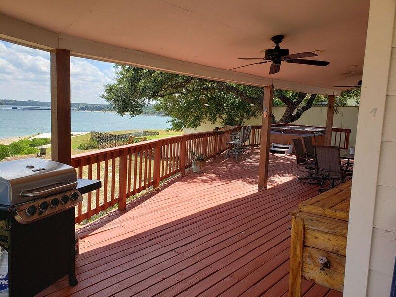 Lake Travis Waterfront Private Retreat/ Private Boatdock/ Hot Tub, casa vacanza a Lago Vista