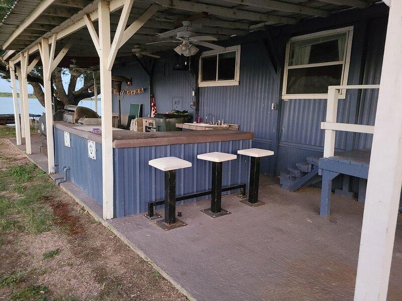 Waters Edge Bunkhouse Cabin with Outdoor/indoor Kitchen/Bar WIFI, location de vacances à Buchanan Dam