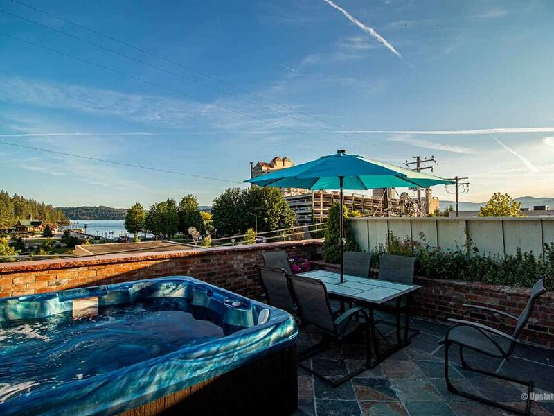 CDA Downtown Penthouse - Right in the heart of all the Downtown CDA FUN!, holiday rental in Coeur d'Alene
