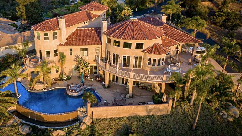Hilltop Mansion with Stunning View of North County, Ferienwohnung in Fallbrook