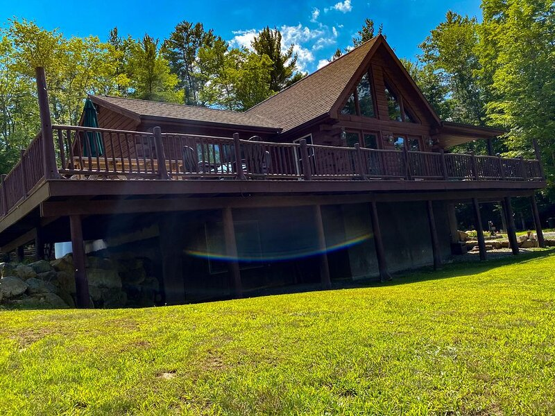 Beautiful Secluded Log Cabin. Close to Lake George. Amazing Mt. View. Sleeps 15, alquiler de vacaciones en Bakers Mills
