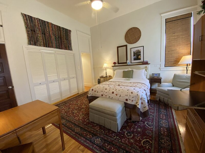 Evelyn: Snug Studio Offers Rich Comfort, holiday rental in Saint Louis