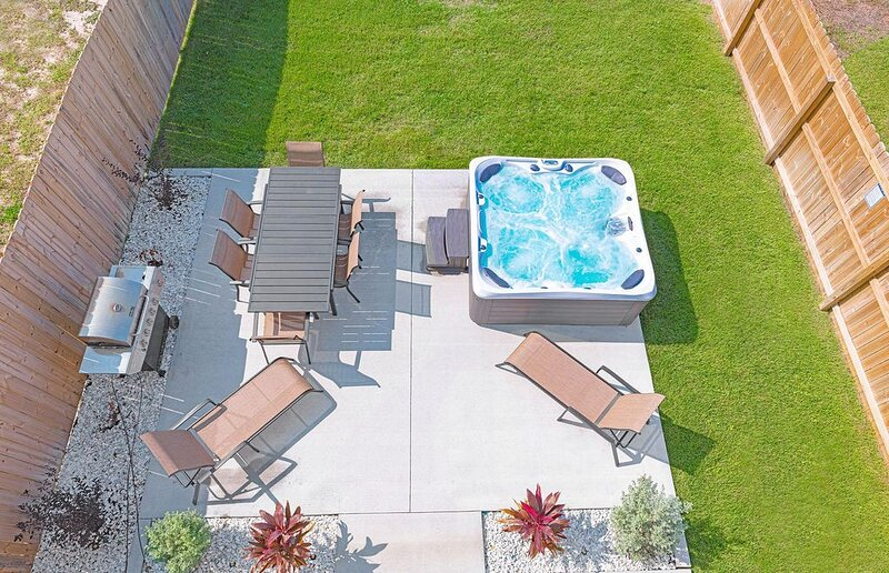 4B/2.5B Home Near Schooners/Beach - Fenced Yard - Hot Tub - Comfortable & Clean!, aluguéis de temporada em Cidade do Panamá