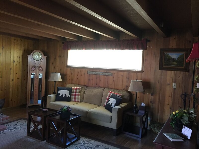 Acorn Road Cabin with a view from a grand deck! Located near Shaver Lake!, holiday rental in Auberry