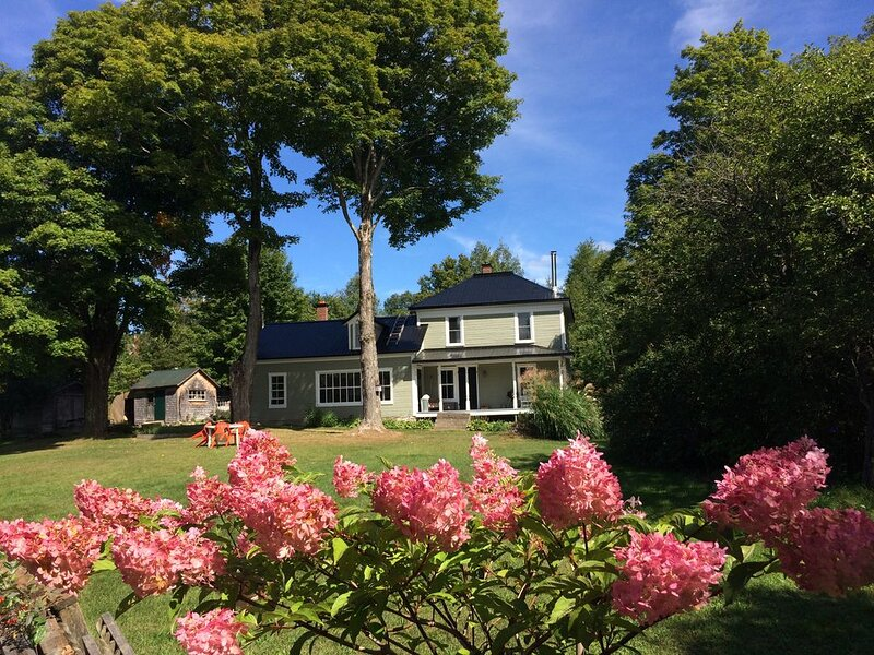Absolute charm: old farmhouse turned to cosy 4 season cottage, holiday rental in Bolton-Est
