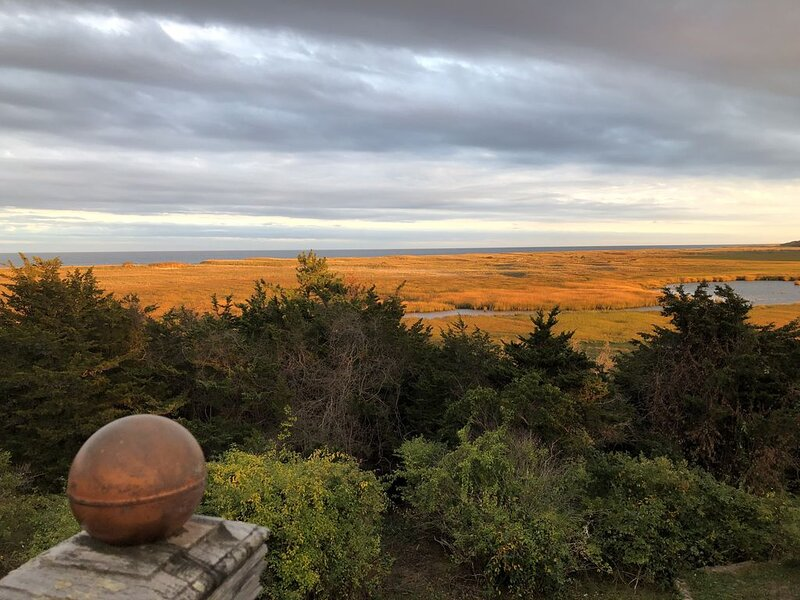 Your perch to the Cape's best ocean view with private Nauset access for 8!, location de vacances à Orleans