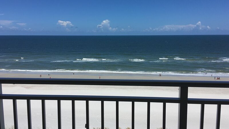 Newly remodeled! Stunning ocean front views from 9th floor 2 bed 2 bath condo!, alquiler vacacional en Jacksonville Beach