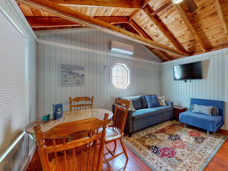 New listing! Charming dog-friendly cottage jetted bathtub, and shared pool, holiday rental in Kennebunk
