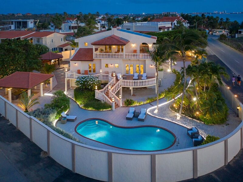 5-Star Beach-Walk Grand Villa with Pool, casa vacanza a Arasji