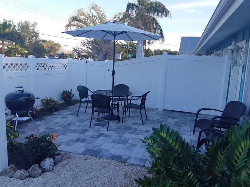 Heated Pool, Beach and Amenities, 2-3 min walk, casa vacanza a Gulf Gate Estates