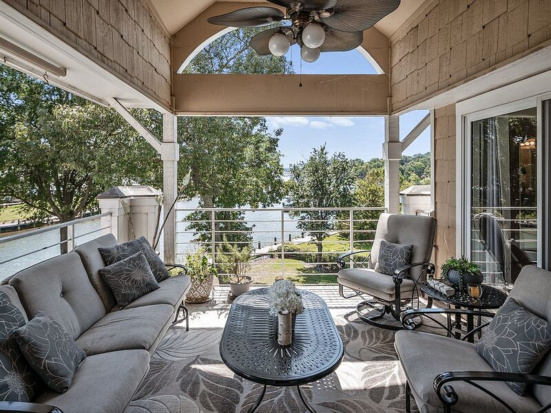 Luxurious Waterfront Penthouse  | Ideal For Long Stays!, vacation rental in Huntersville
