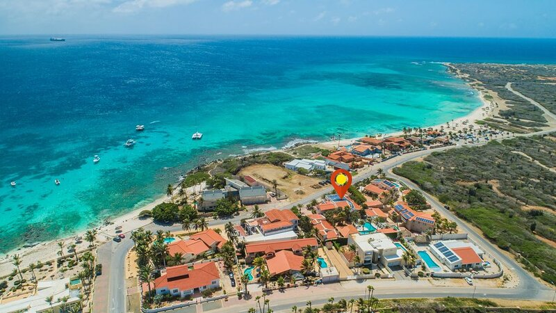 Mansion across from Beach 7BR9BA w/ Pool, Roof Deck & Seaview View, casa vacanza a Arasji