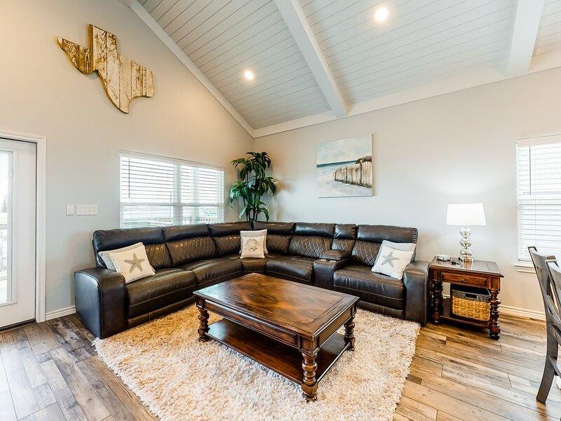Beautiful newly constructed home with bay/beach views – short walk, alquiler de vacaciones en Freeport