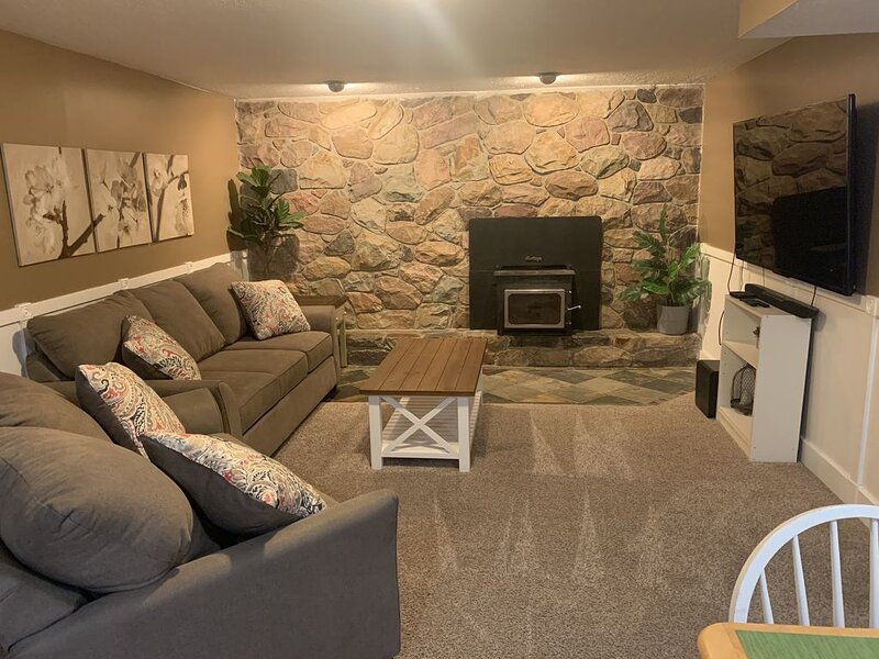 Cozy basement apartment between the canyons- pet friendly, WiFi., casa vacanza a Cottonwood Heights