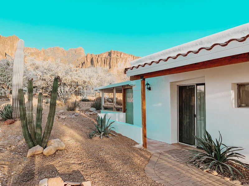 Desert dwelling casita located at the base of the Superstition Mountains., casa vacanza a Apache Junction