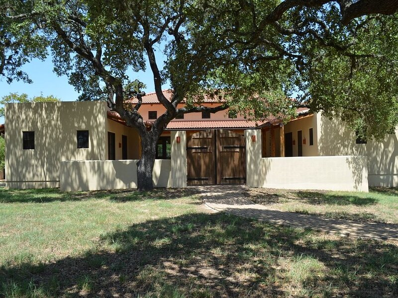 Brand New!  Blanco Riverfront Bliss!  1/2 mile to Downtown!, alquiler vacacional en Wimberley
