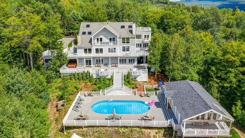 Luxury Sunday River Ski & Snowboard Home! - 10 Bedrooms, 2 Hot Tubs & Much More!, location de vacances à Upton