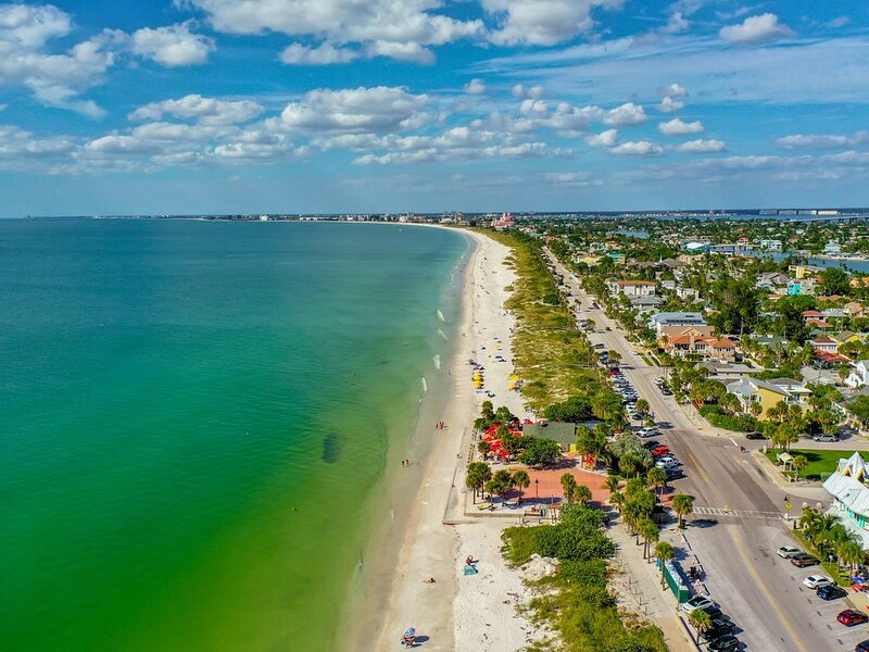 EXQUISITE FOUR BEDROOM BEACHFRONT CONTEMPORARY HOME AT NEW LOWER RATES!, aluguéis de temporada em Saint Pete Beach