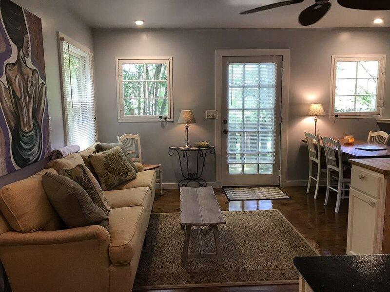 Clean cabin on beautiful property., location de vacances à Barnardsville
