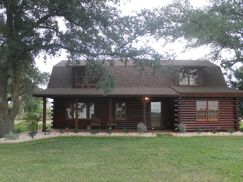 Cozy log cabin on 80 acre Homestead., holiday rental in Needville