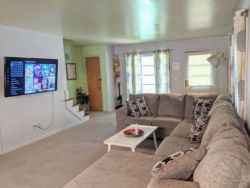 Perfect for Long Stays + King + Ping Pong + 55' TV + W/D + Yard + Happy Pets, alquiler de vacaciones en Omaha