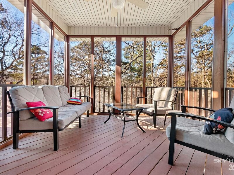Screen Porch Haven, Quiet Neighborhood at end of Cul-de-sac, Close to hiking, go, holiday rental in Noel