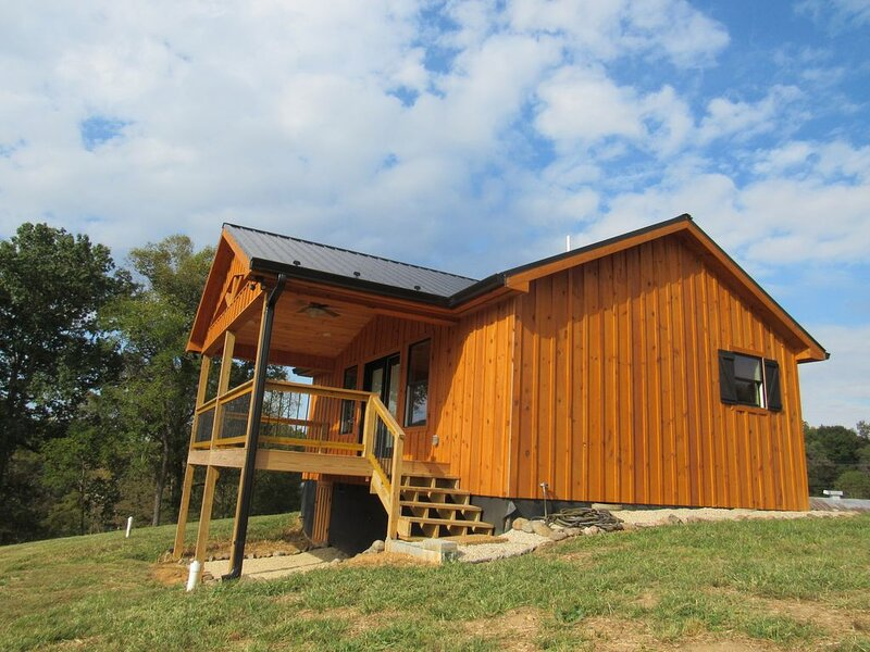 New Listing Claude's Cabin on the South Holston River, vacation rental in Bristol