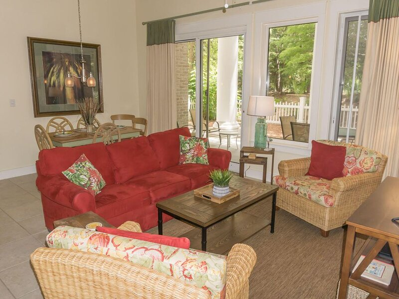 Fabulous First Floor Unit- Large Patio, Tram Service & Free Wifi, holiday rental in Sandestin