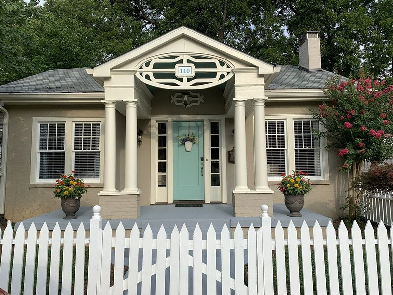 Picket Fence Cottage~ walk to MTSU and the downtown square!, alquiler de vacaciones en Murfreesboro