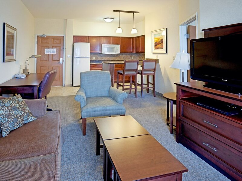Free Breakfast. Pool Access. Great Location Near Area Beaches., holiday rental in Robstown
