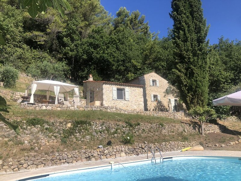 Secluded stone house in the middle of woods with stunning views, holiday rental in Seillans
