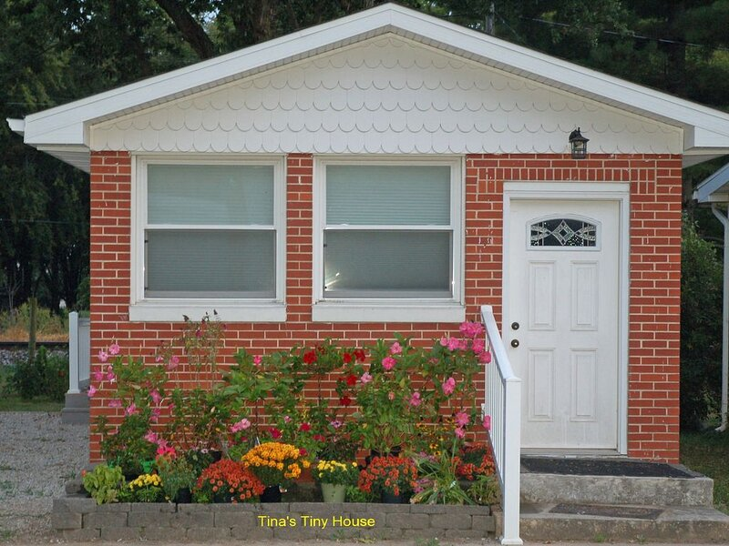 Tiny Home Between Decatur & Springfield 1 mile north of I-72, holiday rental in Decatur