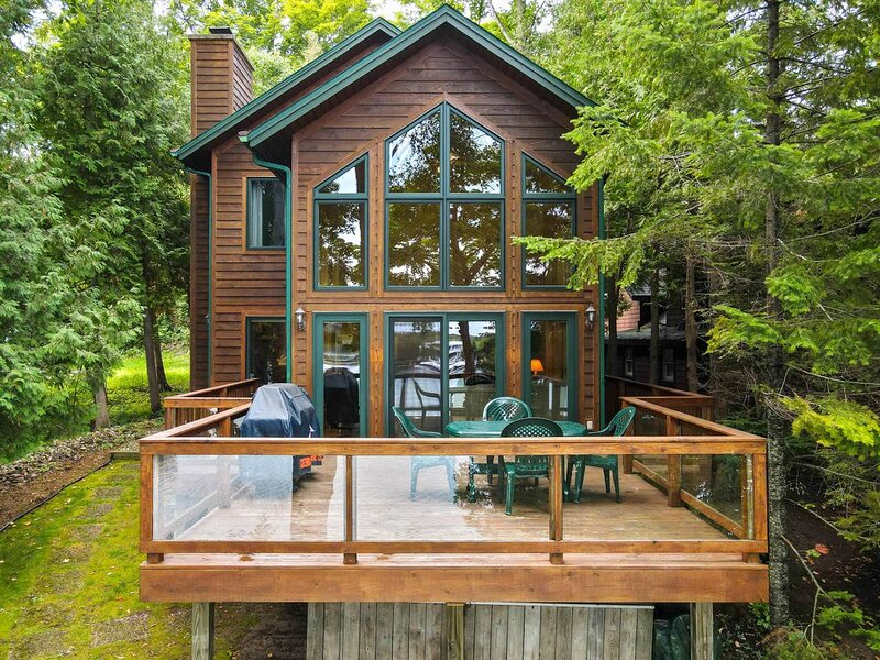 Lake Charlevoix Waterfront, 3 Bedroom, Fire Pit, Dock 2021!, casa vacanza a Charlevoix