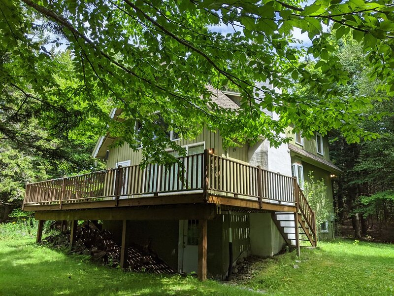 Beautiful 3 bedroom, 2 full bathroom chalet minutes from Jay Peak Resort..., holiday rental in Lowell