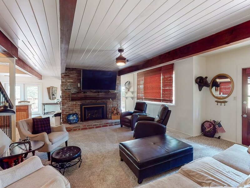 Lovely home with gas fireplace, double oven, & wrap-around porch - walk to town!, alquiler de vacaciones en Shaver Lake