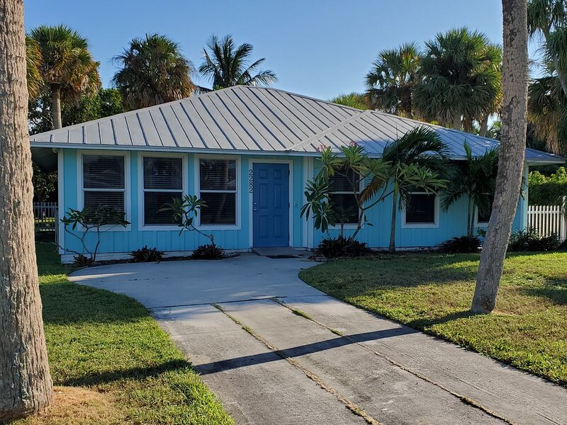 Pet friendly, comfortable, clean home with private pool close to four beaches, vacation rental in Jensen Beach
