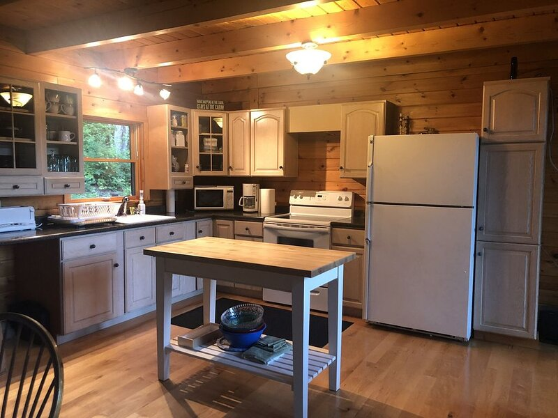 Secluded log cabin on 25 acres bordering state forest with trails nearby, casa vacanza a Weston