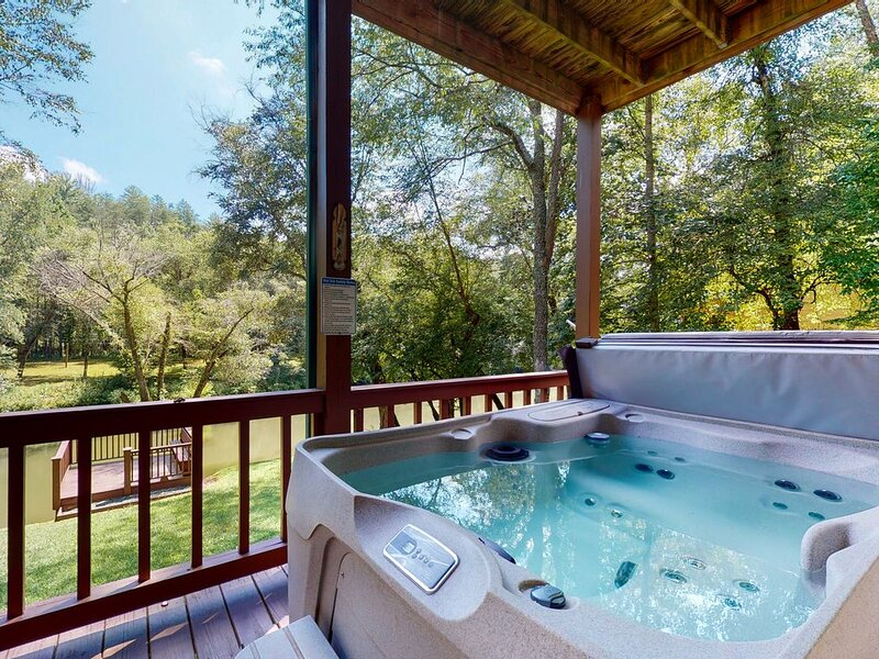 Beautiful Waterfront cottage w/ bar, river-side deck, & private hot tub!, alquiler de vacaciones en Mineral Bluff