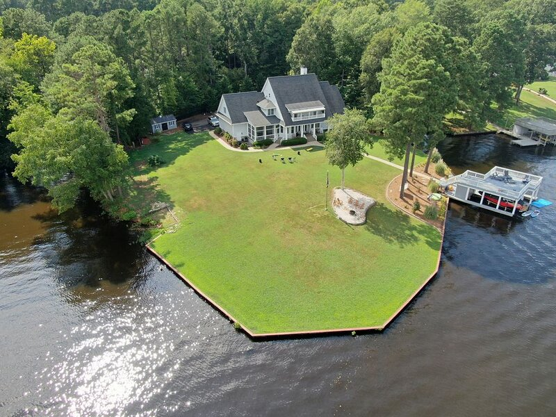 Five Pines Retreat  Lake Gaston SPECTACULAR  (ask December pricing) DISCOUNTS, vacation rental in Macon
