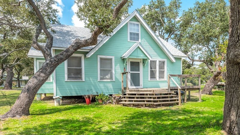 Updated Farm House on 1/2 Acre 1 Block From Aransas Bay, vacation rental in Fulton