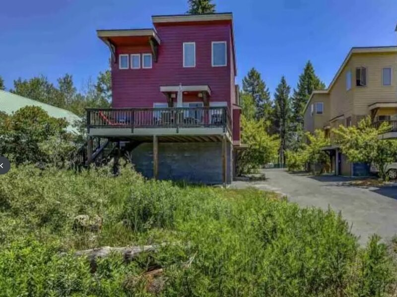 The Red Cottage - one block to the lake with view, vacation rental in McCall