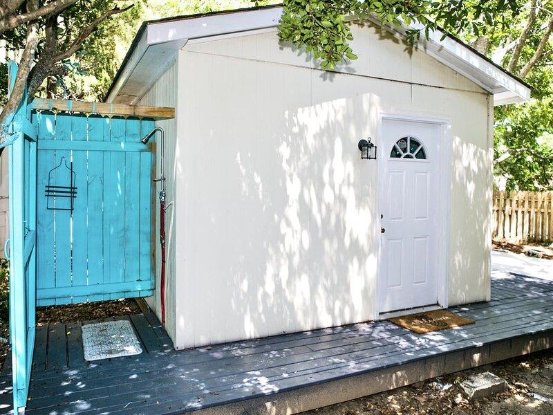Pet Friendly Cozy Cottage on James Island, alquiler de vacaciones en James Island