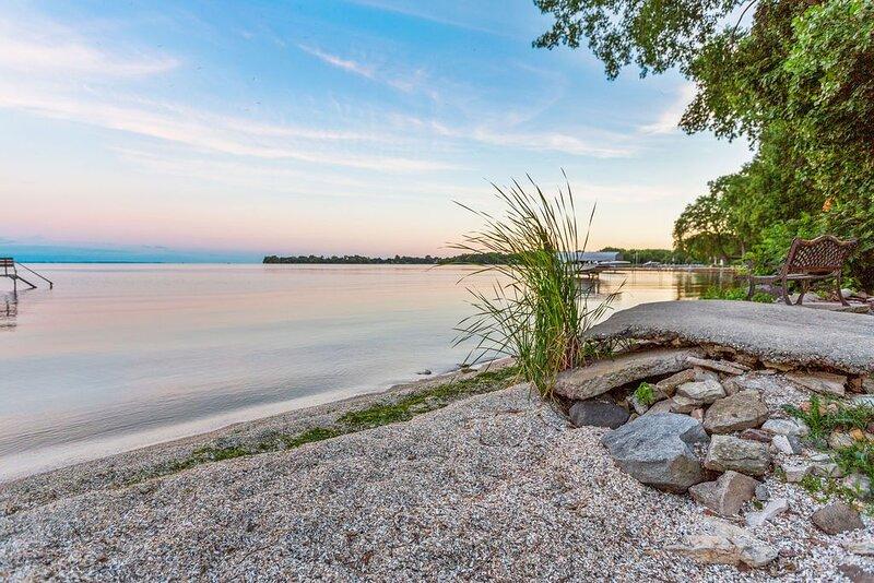Scenic Lake Winnebago, Hot Tub, Tiki Bar, camp fire, fishing, and more!, vacation rental in Chilton