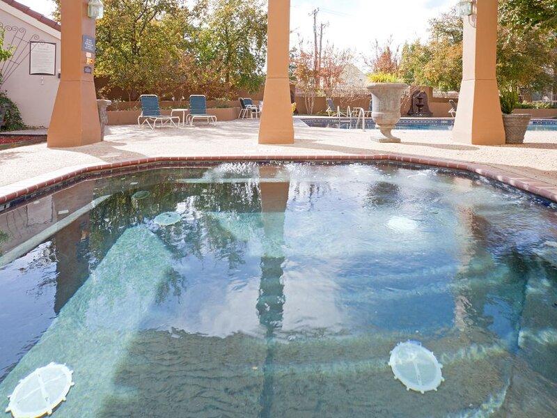 King Suite. Shared Pool & Hot Tub. Free Breakfast. Near Texas Tech University &, location de vacances à Lubbock