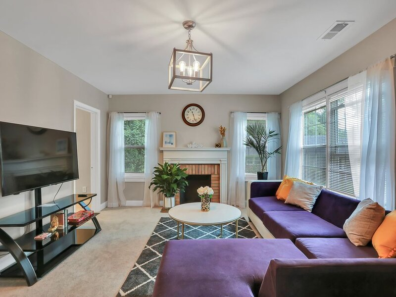 Remodeled Bathrooms! Stylish Luxe Bungalow. 5 min away from Mercedes Benz, holiday rental in Fort McPherson