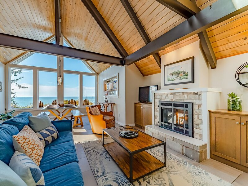 Classic  home w/ ocean views - just a short walk to parks & beaches, holiday rental in Humboldt County