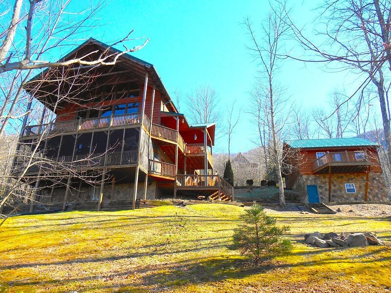 6BR/6.5BA Luxury Estate 4600sq~Views~Game/Theater~Wifi~Fire Pit-Open Thanksgiv!!, holiday rental in Wears Valley