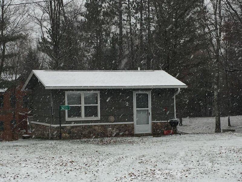 Cozy Cabin Getaway, aluguéis de temporada em Land O' Lakes
