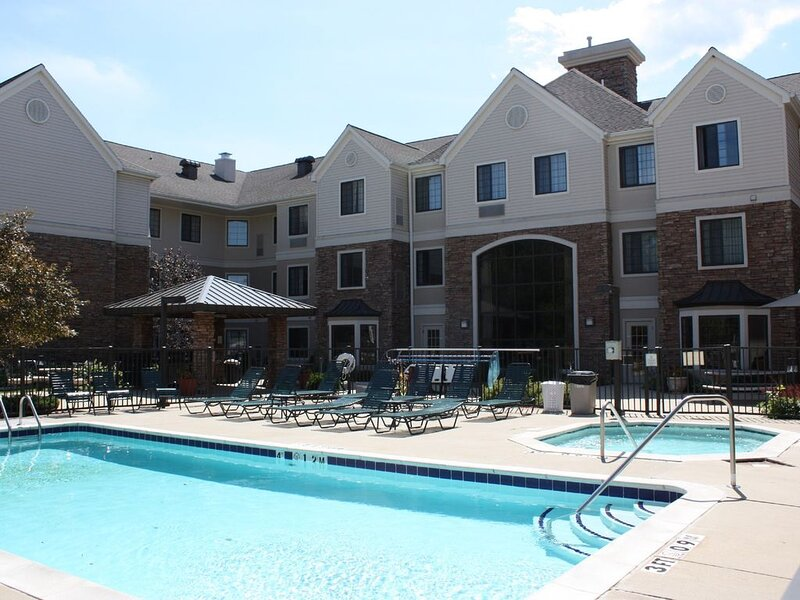 Close to the Airport! | Free Breakfast + Seasonal Outdoor Pool + Hot Tub, holiday rental in Grand Rapids